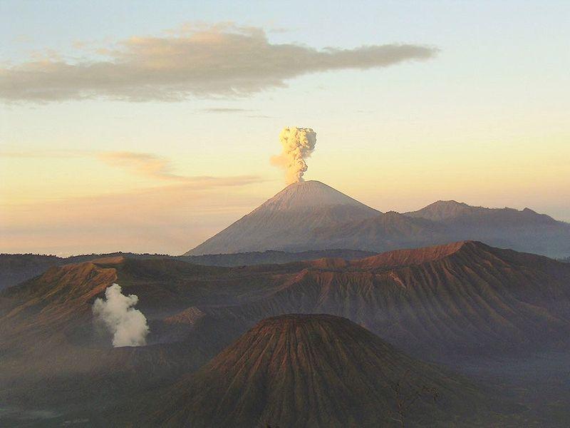 800px-Mahameru-volcano